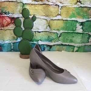 Naturalizer size 6 taupe pumps